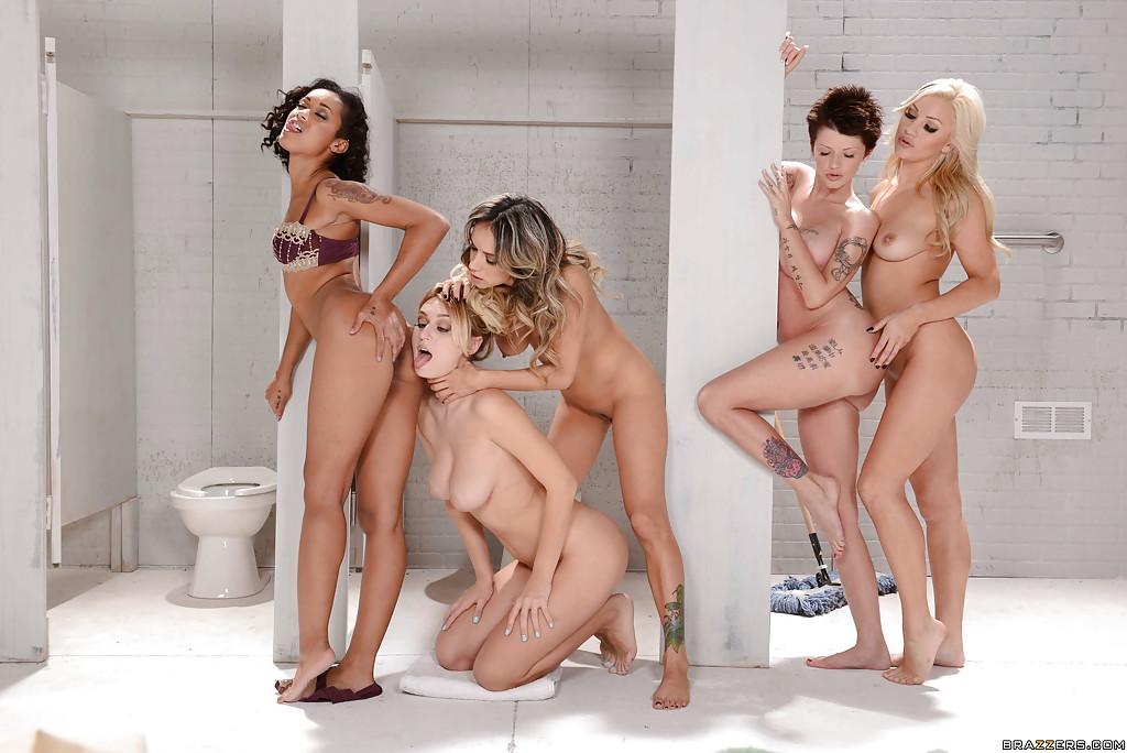 Групповая лесбийская оргия в туалете