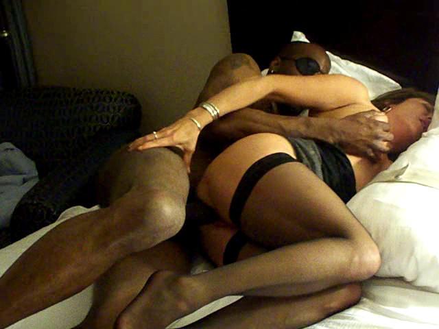 Темнокожий пацан и муж девки имеют ее по очереди, попеременно наслаждаясь и зрелищем