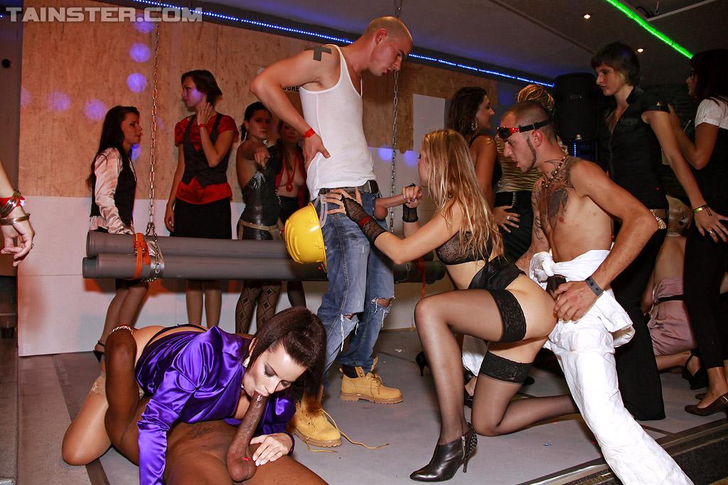 Пьяные девки на вечеринке спариваются с разными самцами