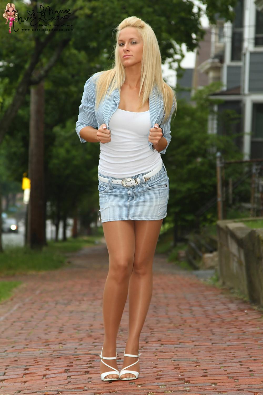 Привлекательная светловолосая девушка в мини юбке