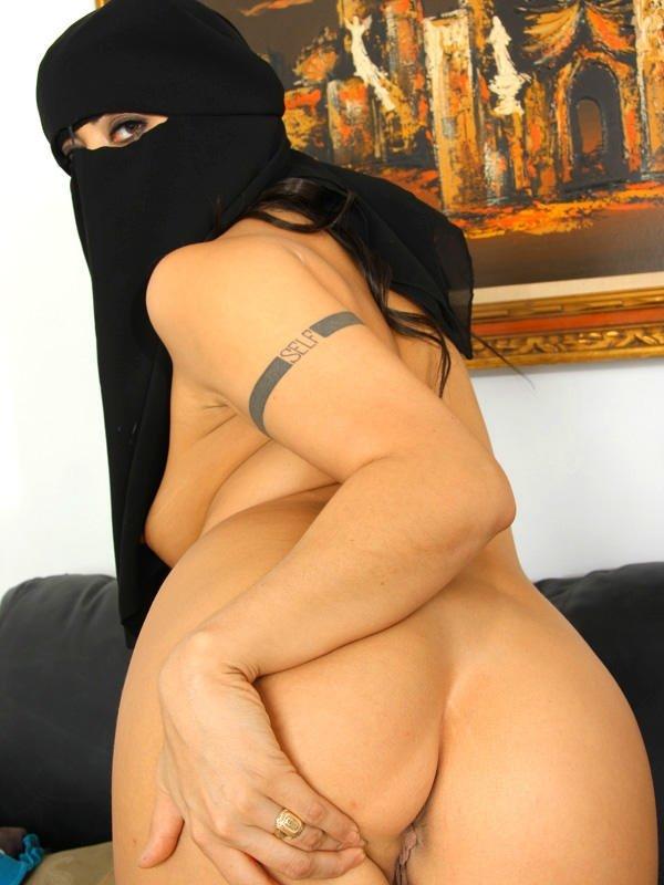 Арабские шлюшки готовы показывать свои влажные тела на камеру – они совсем забывают о стеснении