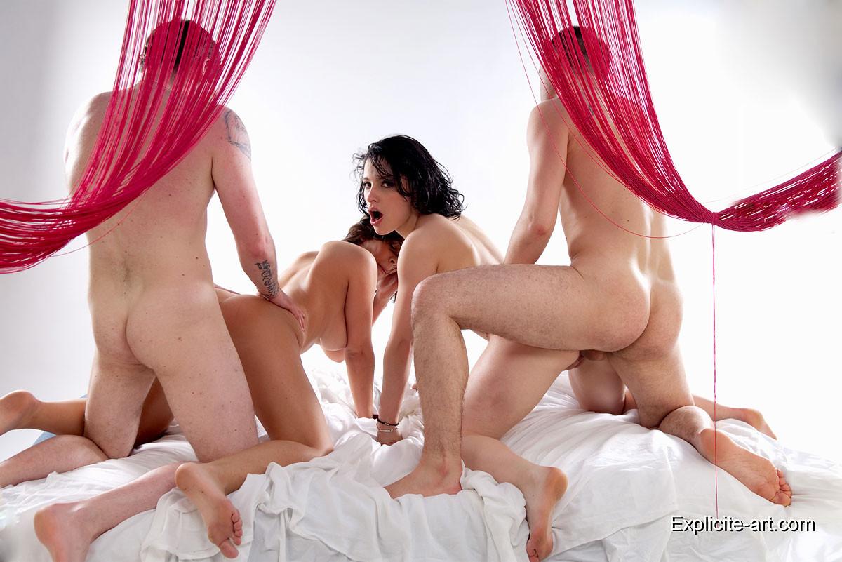 Свингеры обменялись партнерами и устроили соблазнтельную еблю в спальне
