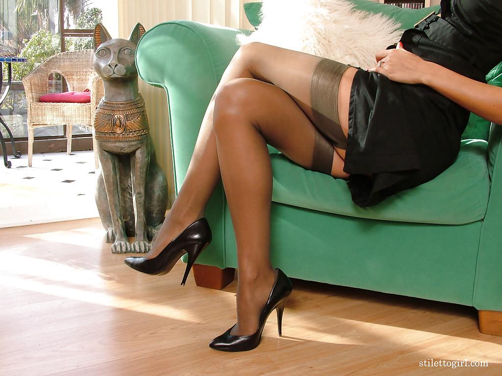 Сексуальная телка в чёрных чулочках стаскивает сексуальное белье в кресле