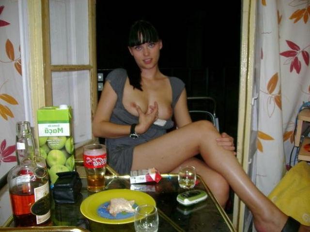 Изящные молодухи в гостях не прикрывают свои раздетые прелести