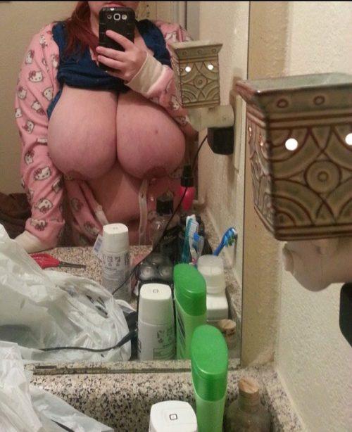 Крупные мамы позируют громадными грудями