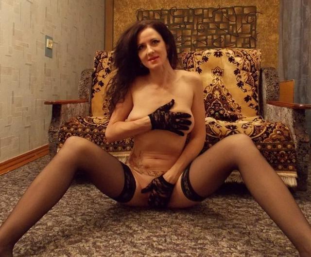 Возрастная шлюшка Регина не стесняется показать свои голые ноги и манду