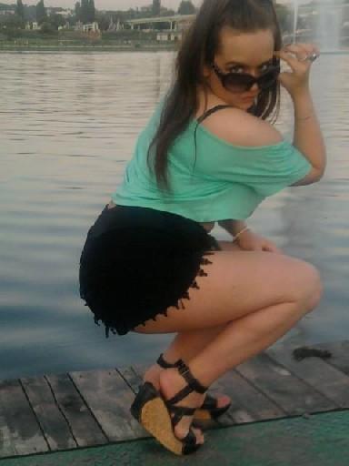 Русская шатенка наделала кучу фото своей большой сраки и выложила в сеть
