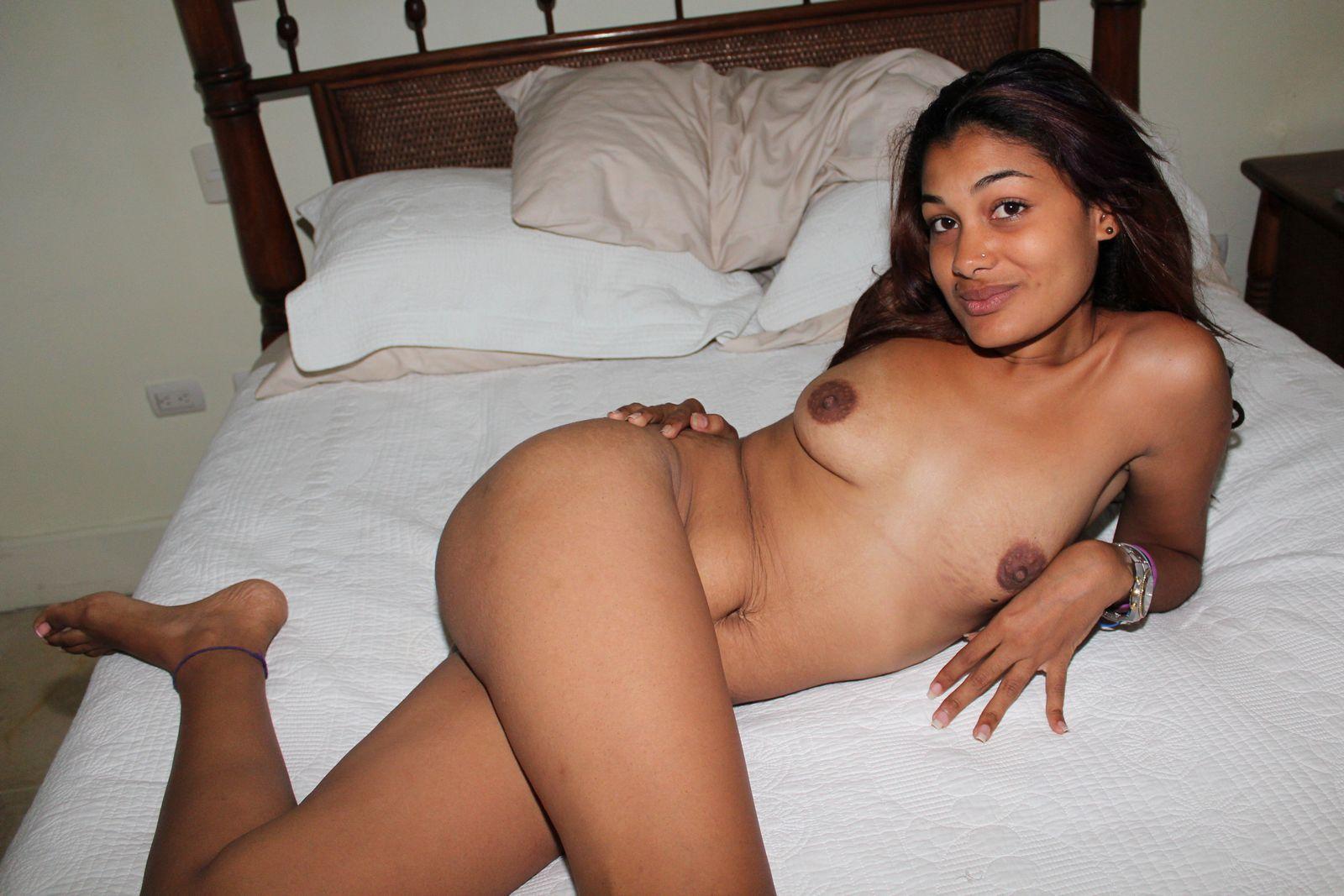 Великолепная обнаженная латинская мамочка в кровати
