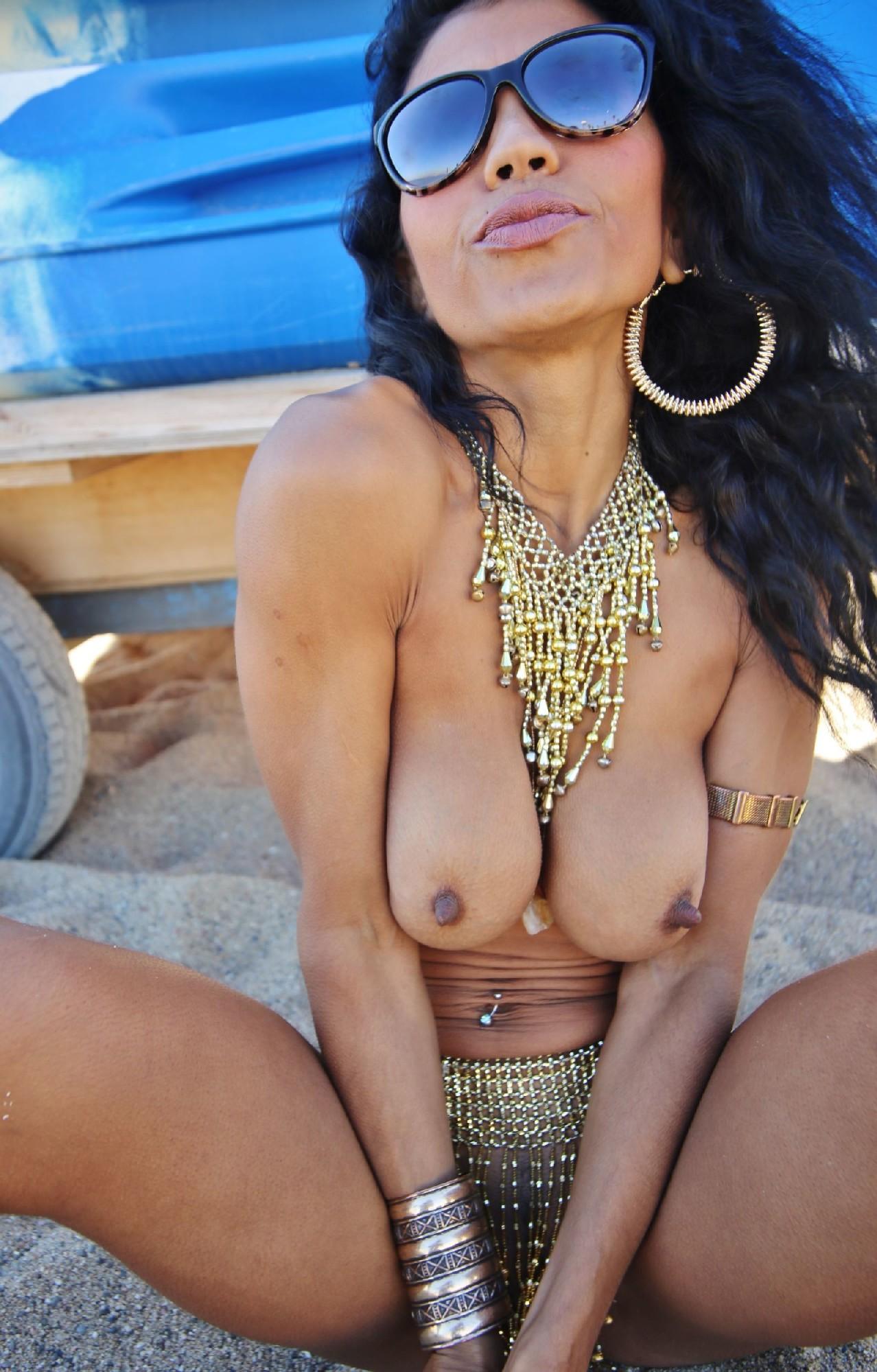 Русая порноактрисса в солнцезащитных очках и с прекрасными сисиками фотографируется раздетой