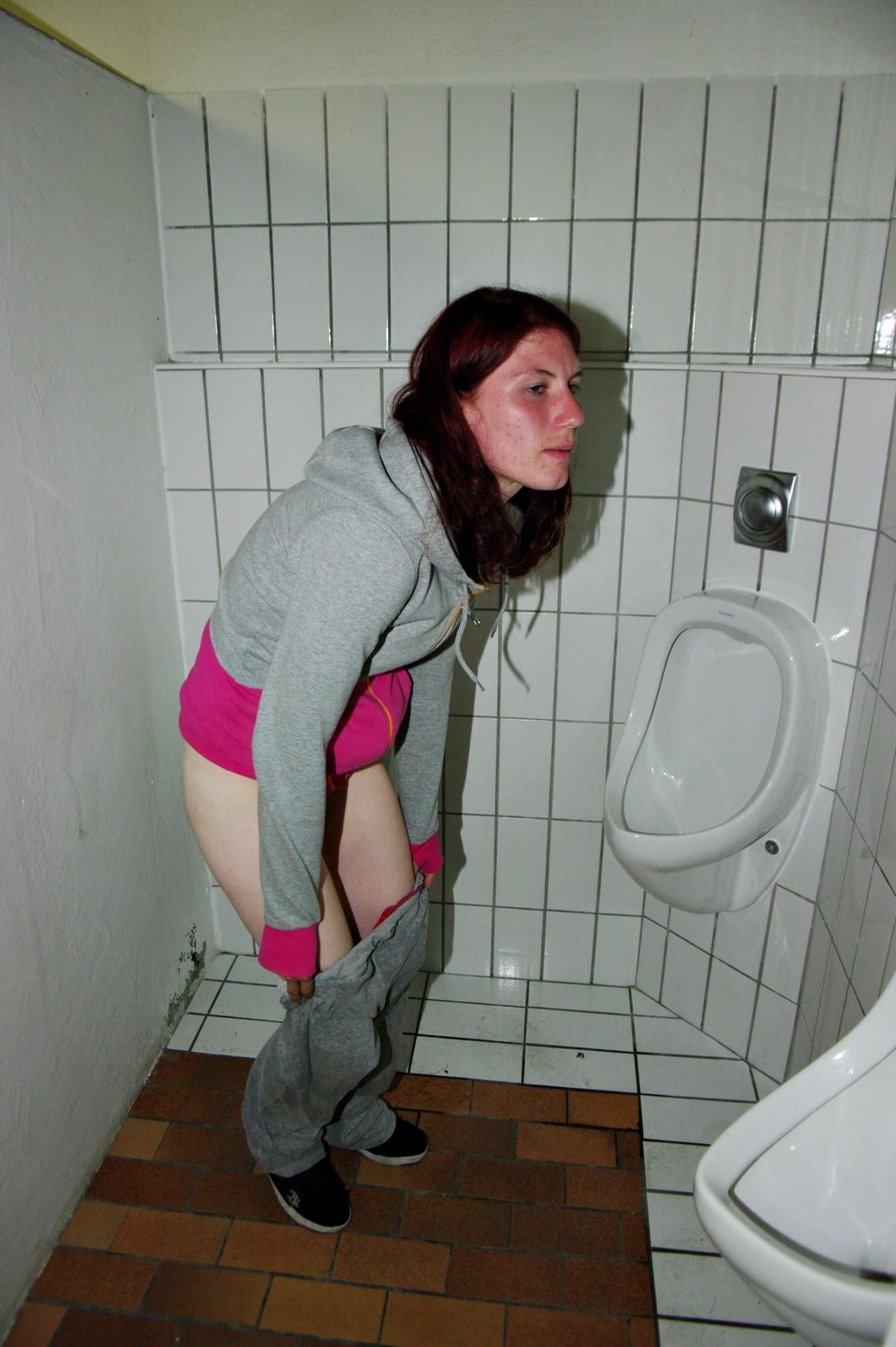 Немка Клаудиа снимает штаны и приподнимает свитер в туалете и в метро