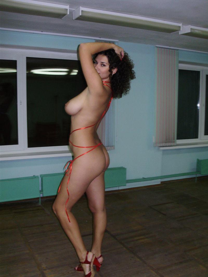 Кудрявая русская модель со подтянутым телом