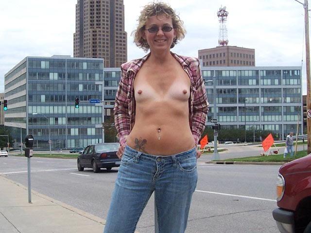Прогулку обнаженной и публичную мастурбацию замутила обычная жена из Айовы