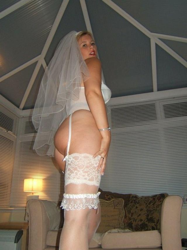 Белокурая проститутка делает селфи и делает минет секс-фото