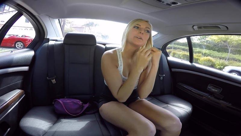 Потрахал приятную блондиночку на заднем сиденье машине
