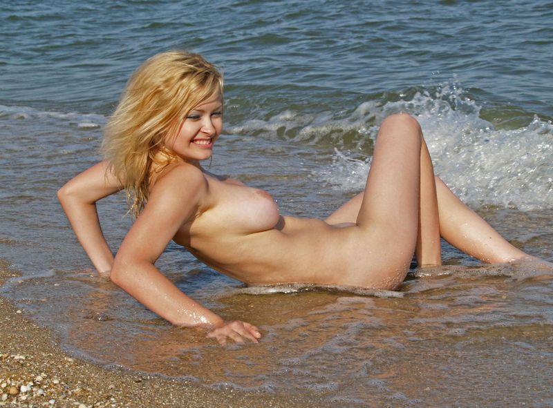Молоденькая девка позирует в море