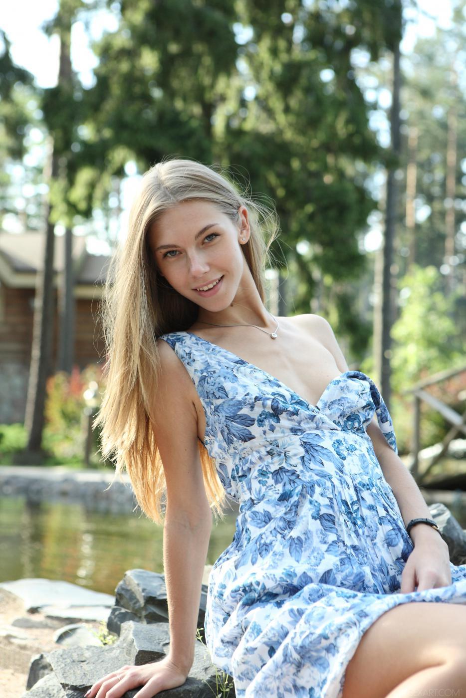 Сочная и бледная девочка-подросток Krystal Boyd прогуливается в лесу и жарит себя пальчиками