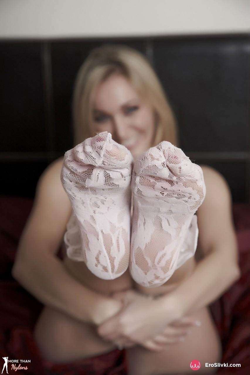 Светлая порно звезда Хейли обнажает кружевные носочки и обнажает красивые дойки