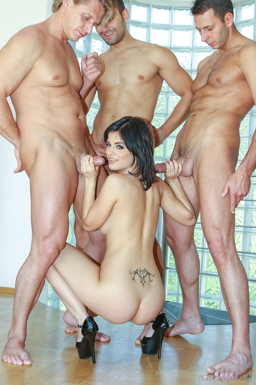 Анжелика завела три члена