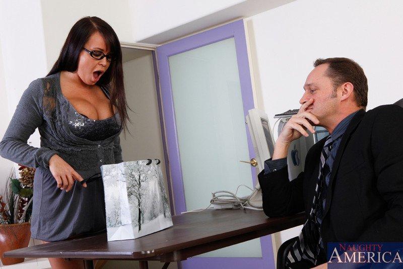 Пацан порет аппетитную вагину Brandy Taylor и втыкает фаллос между буферов