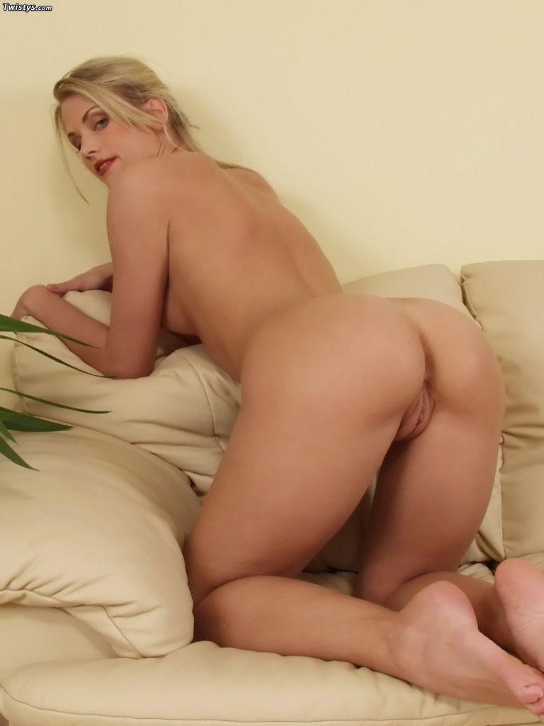 Прекрасная красотка с маленьким бюстом Holly Twistys крупно искушает свою розовую пизду золотым дилдо