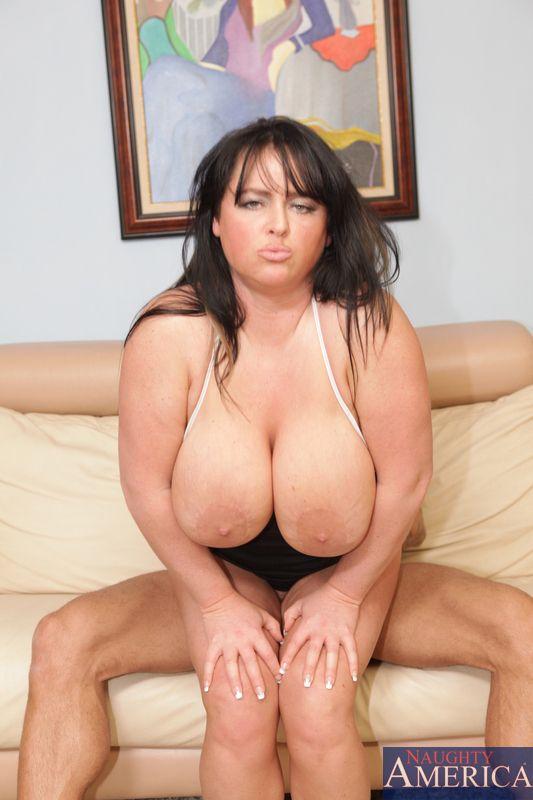 Помешанная на сексе мамочка Indianna Jaymes с большими грудями устраивает бешеные скачки на фаллосе юношу
