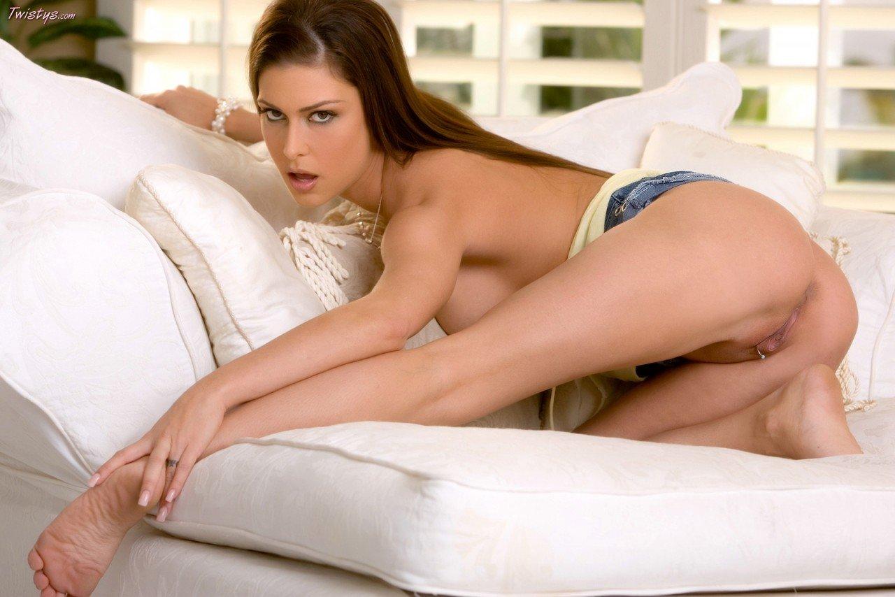 Сисястая няшка Jessica Jaymes снимает свою коротенькую джинсовую юбке и поглаживает свою письку