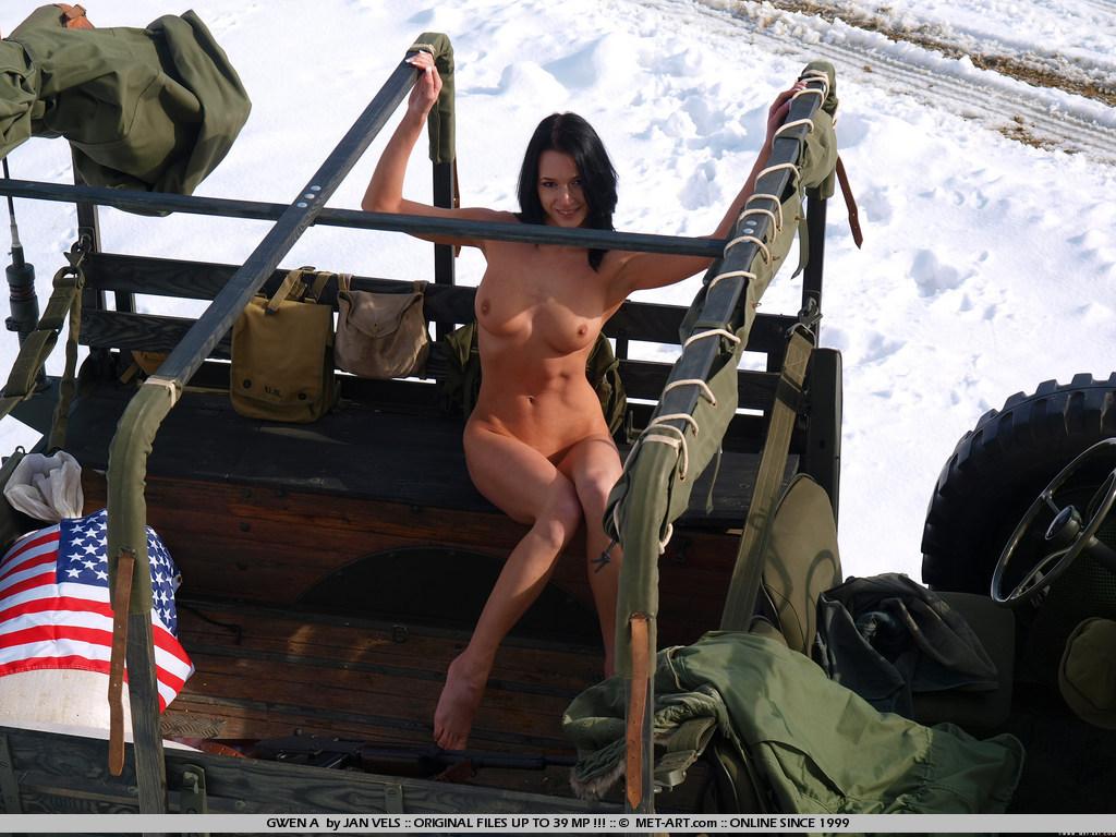 Чувственная Gwen A позирует раздетой в военном грузовике посреди заснеженной пустыни