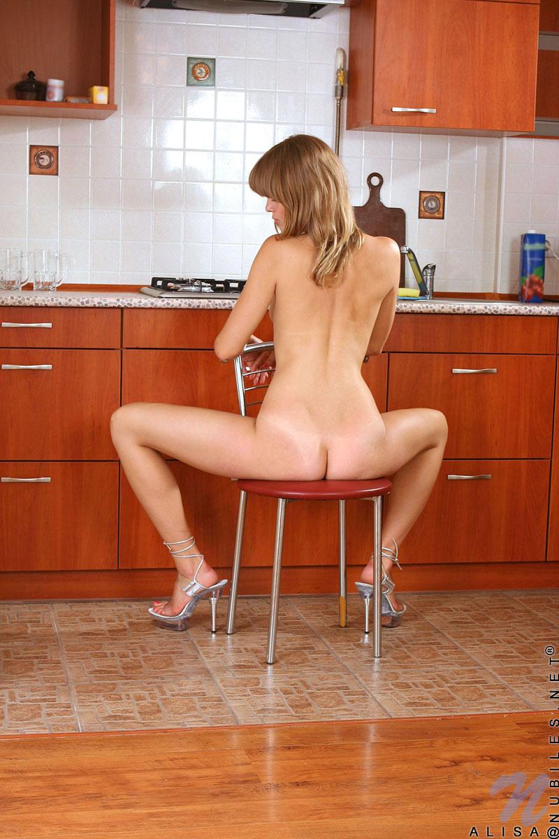 Возбужденная Alisa Nubiles снимает одежду и льет масло на свою милую кожу