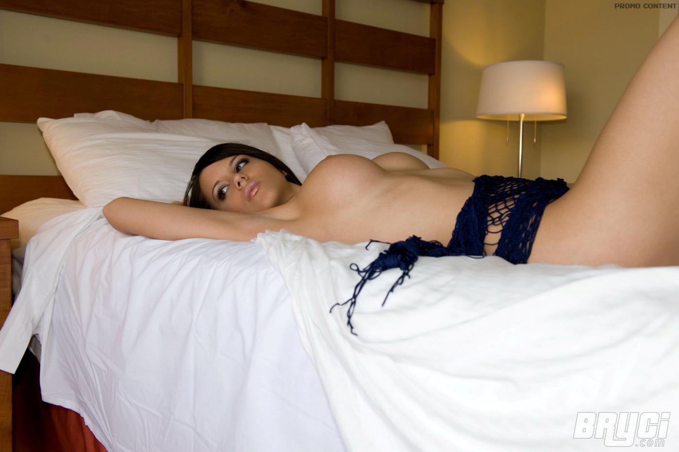 Темная красавица Bryci стягивает сетчатое платье в кровати
