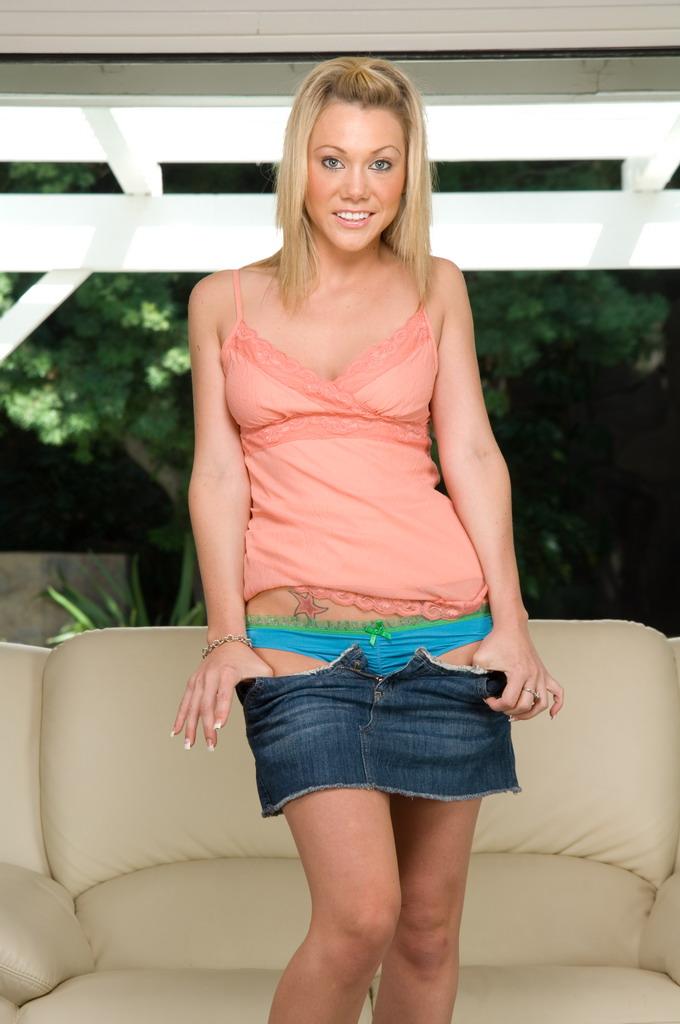 Светлая порно звезда Samantha Sin задрала джинсовую юбке и вставила пальчики в бритую киску