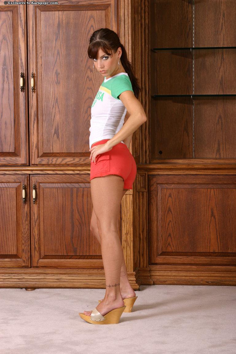 Привлекательная худощавая девка Chloe Dali снимает все и раздвигает ноги на камеру на полу