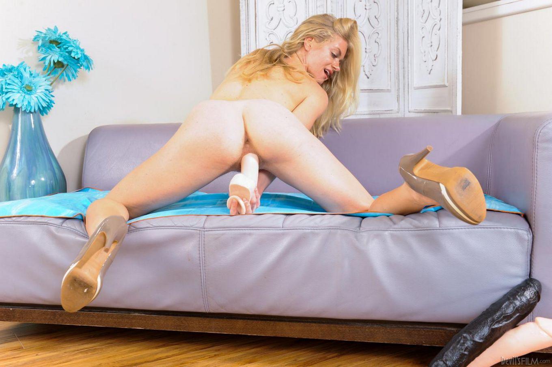 Чувственная блондиночка Bella Bends с крохотными сиськами широко раздвигает ноги и ебёт свою киску крупным дилдо