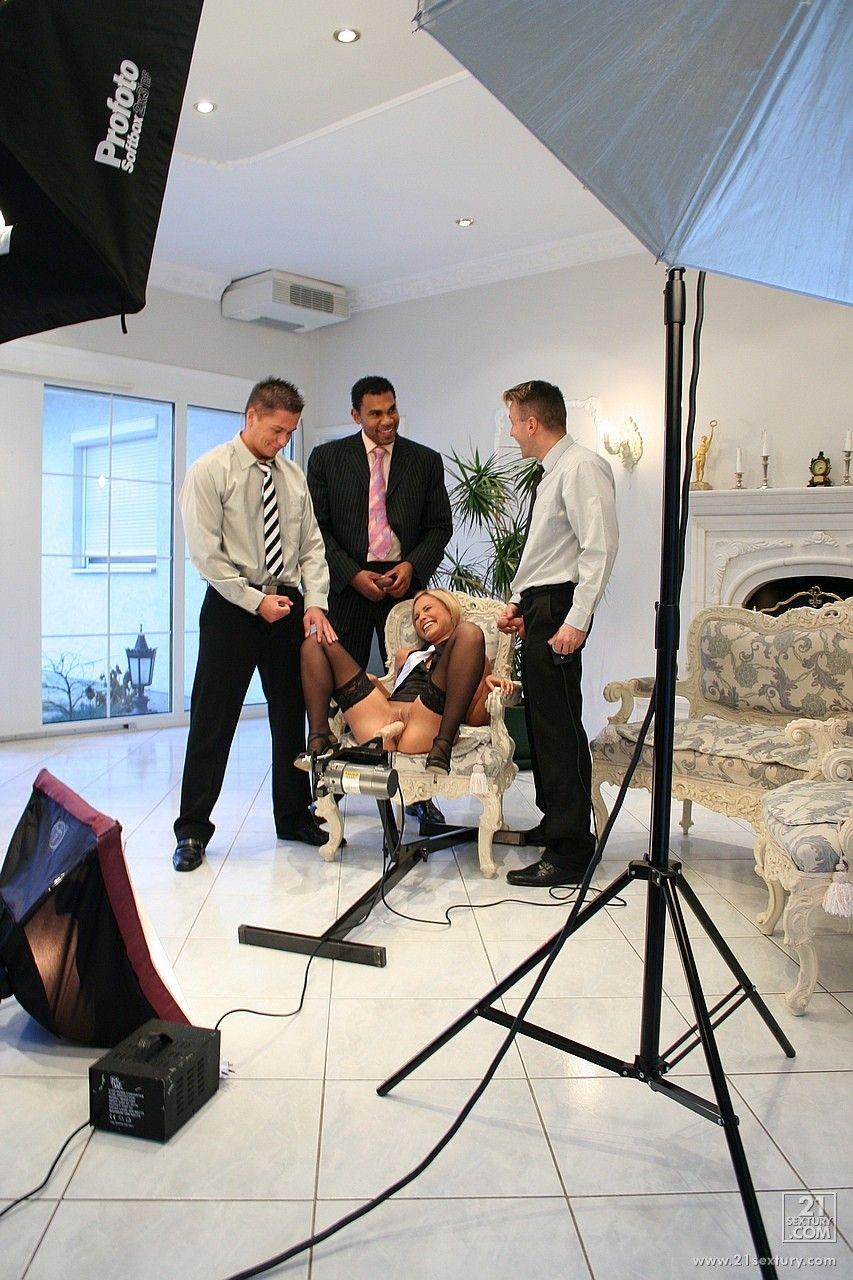 Блондинистая офисная фрау Szilvia Lauren трахается за кадром с несколькими парнями