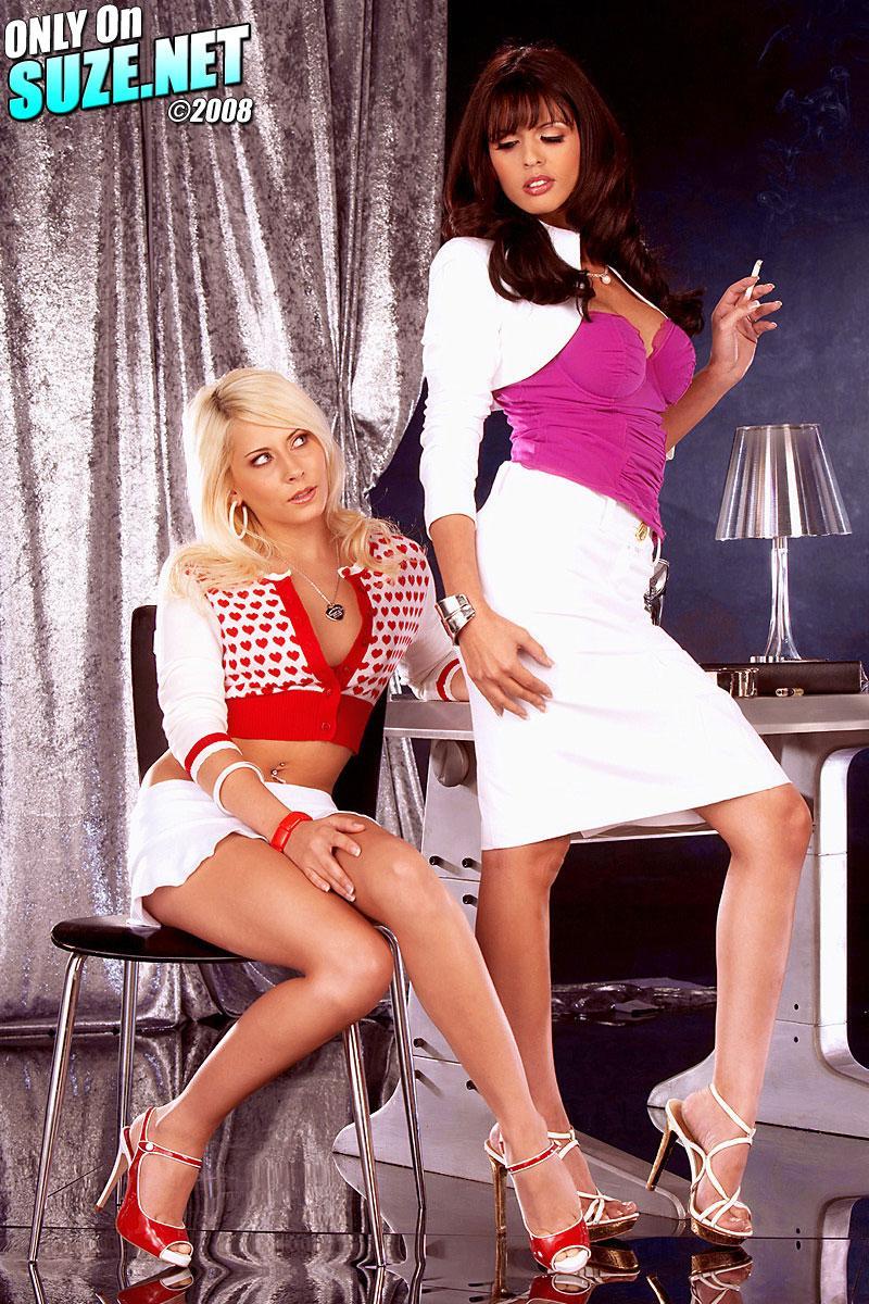 Гламурные офисные проститутки Madison Ivy и Shy Love обнажаются и трахают пальцами друг друга
