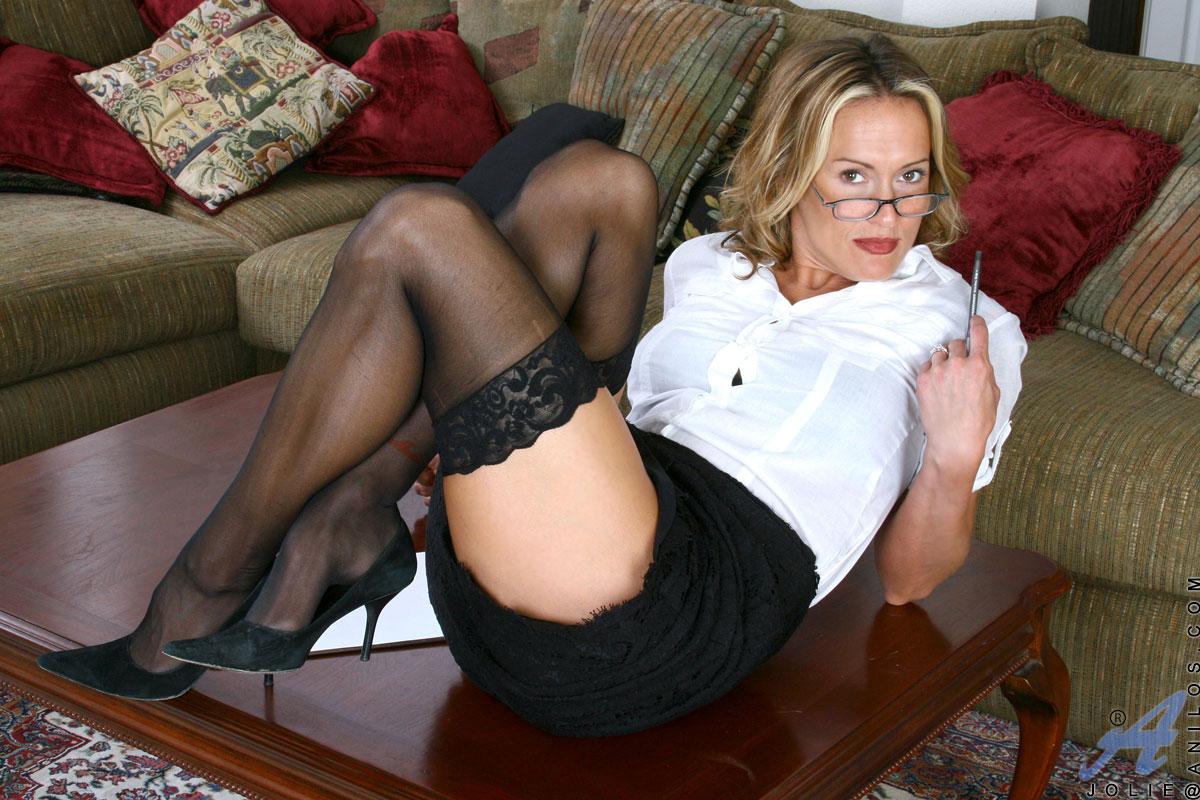 Придя домой из офиса страстная белокурая мамуля Jolie Anilos снимает нижнее белье и развлекается с лохматой вагиной