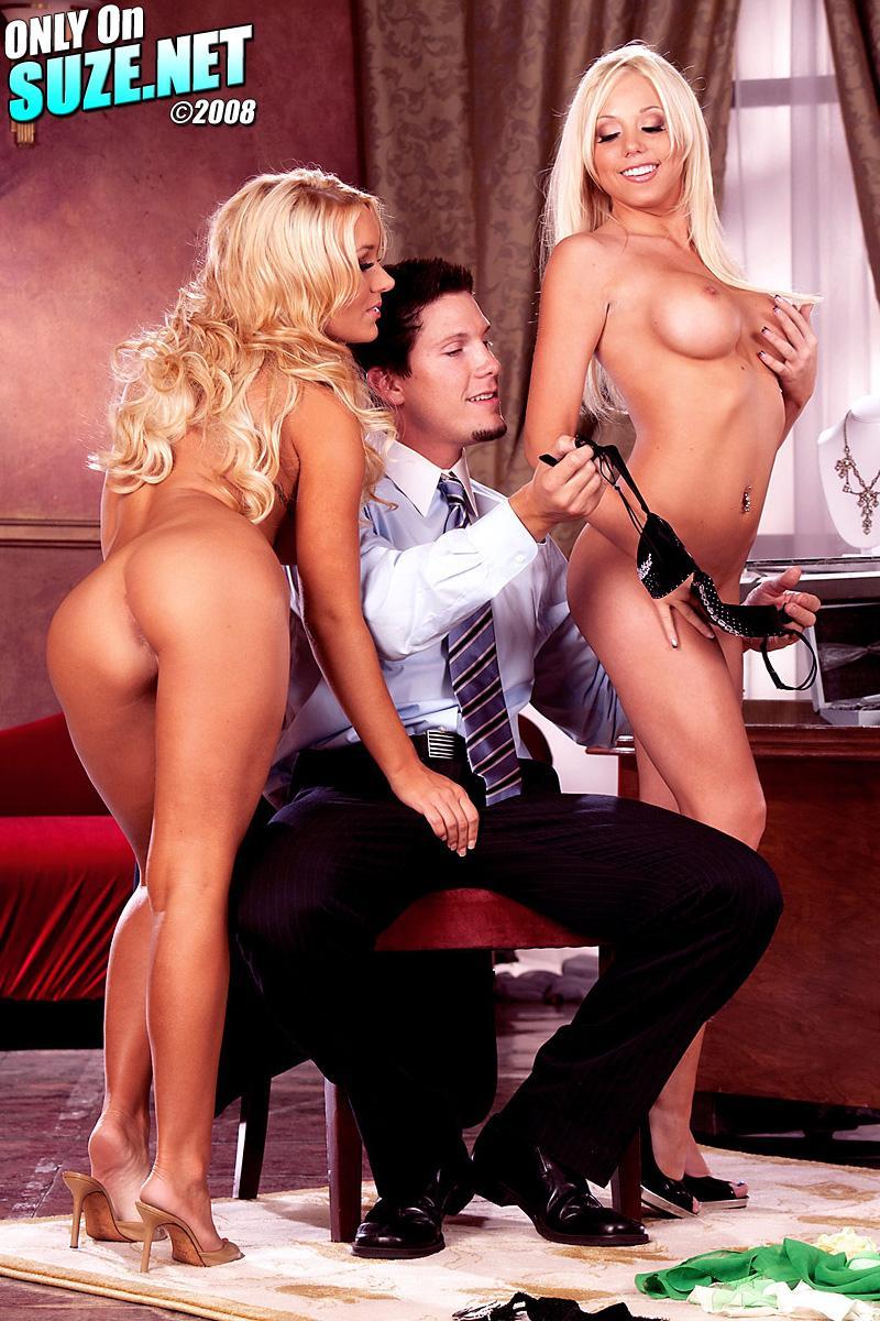 Босса в кабинете обслуживает Shawna Lenee и ее секретарша и у них получается развратная групповуха