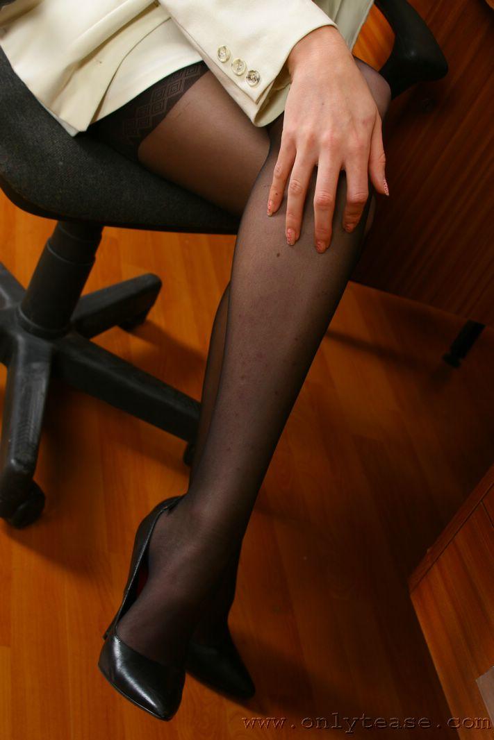 Голубоглазая офисная блондинка в светлом костюме и черном белье - Steph Onlytease, снимает нижнее белье полностью
