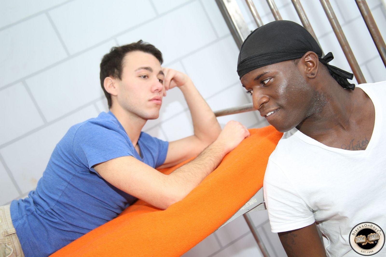Африканец трахнул белоснежного парня