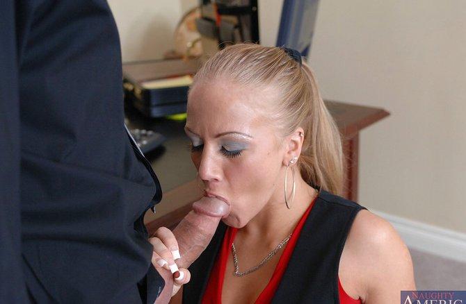 Похотливая блондинка и прием на работу через койка