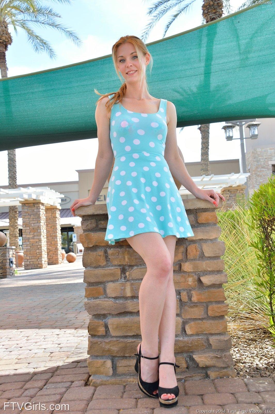 Блондиночка гуляла в коротком платье без нижнего белья, возбудилась и пошла домой мастурбировать