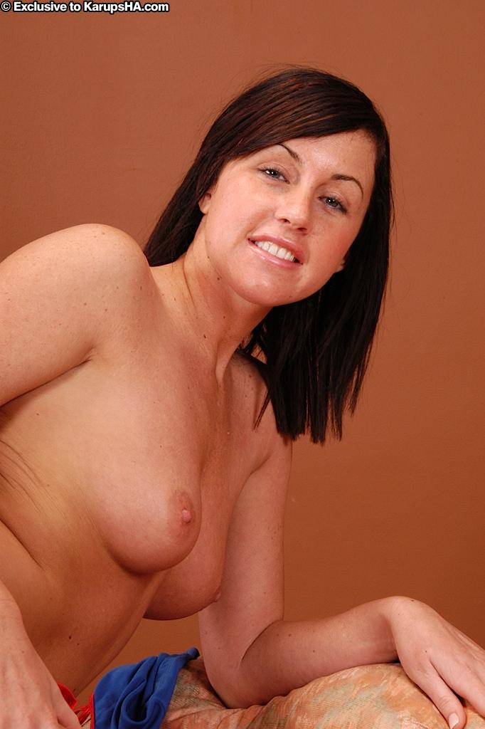 Спортивная Молоденькая брюнеточка Nikki Anne игриво стягивает свою красно-синюю форму