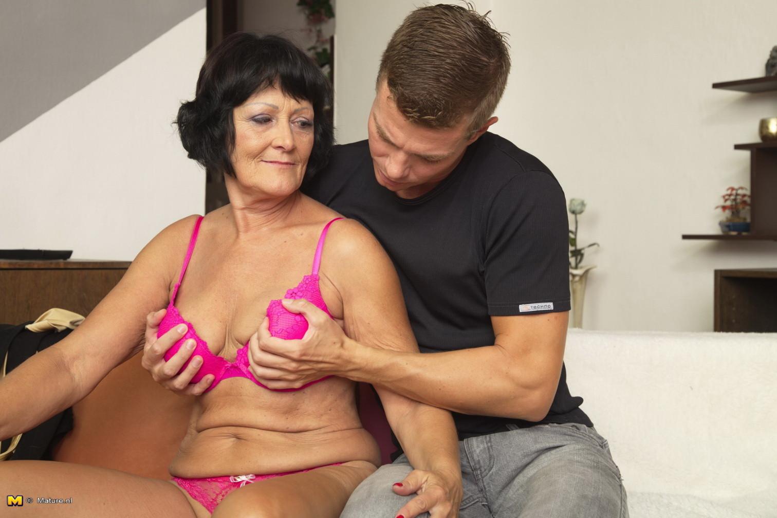Совершеннолетней красавчик доставляет удовлетворение возрастной бабе, даря ласке ее немолодой сиськи