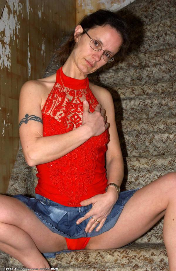 Бабулька с татуировками заскучала за сексапильной перепихоном