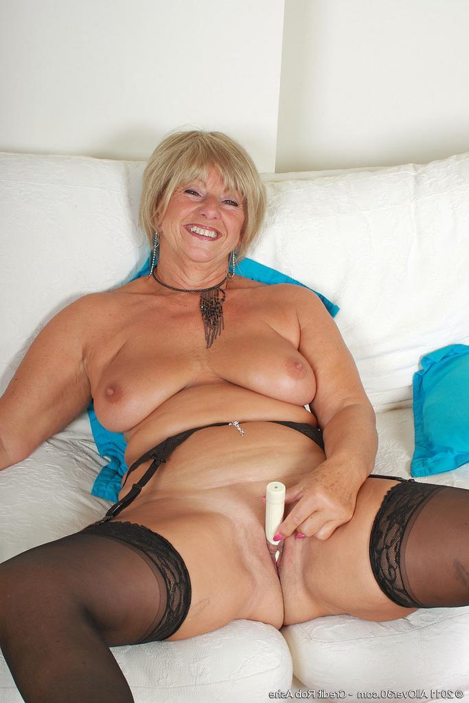 Жанна Игоревна сняла одежду, поскольку мечтает о ебле