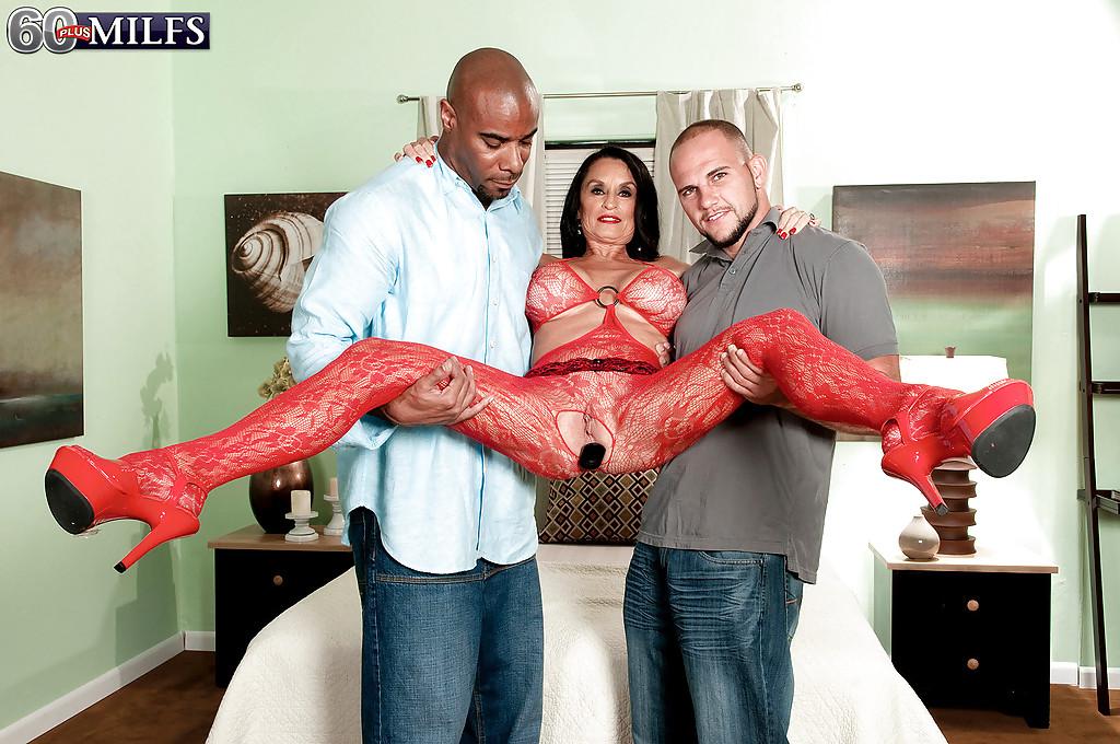 Милфа в красном белье хочет сразу два перца