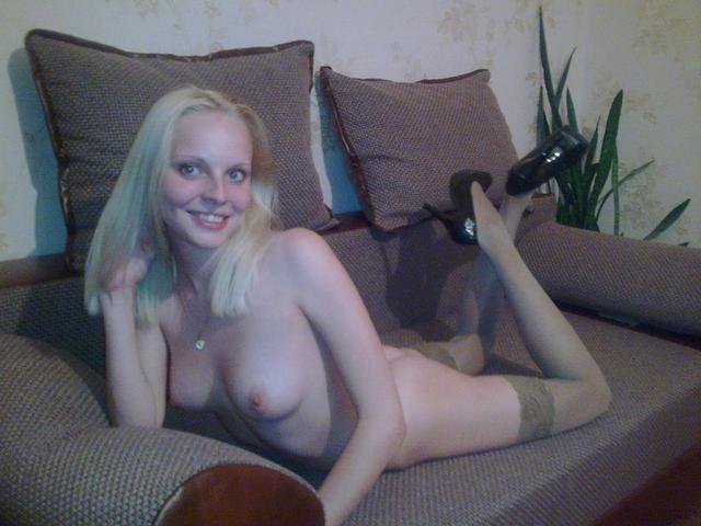 Молоденькая и похотливая блондинка сфоткалась в гетрах