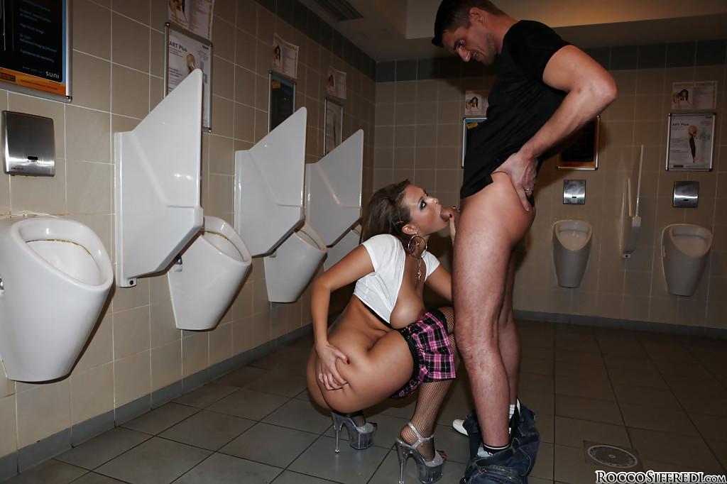 Титькастая нимфа подставила пизду для члена в общественном туалете