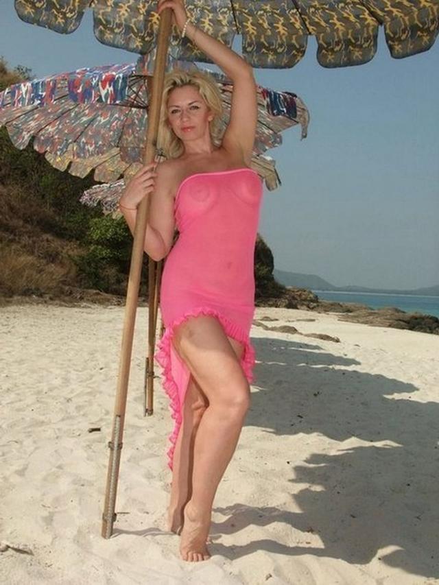 Возрастные любовницы с огромными титьками обожают трахаться даже на берегу моря
