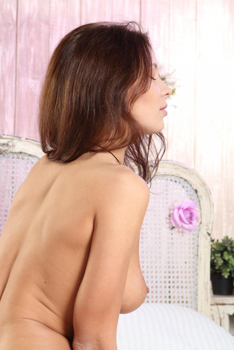 Красивая русая порноактрисса Galina A стаскивает все, кроме возбужденных чулков и дразнит