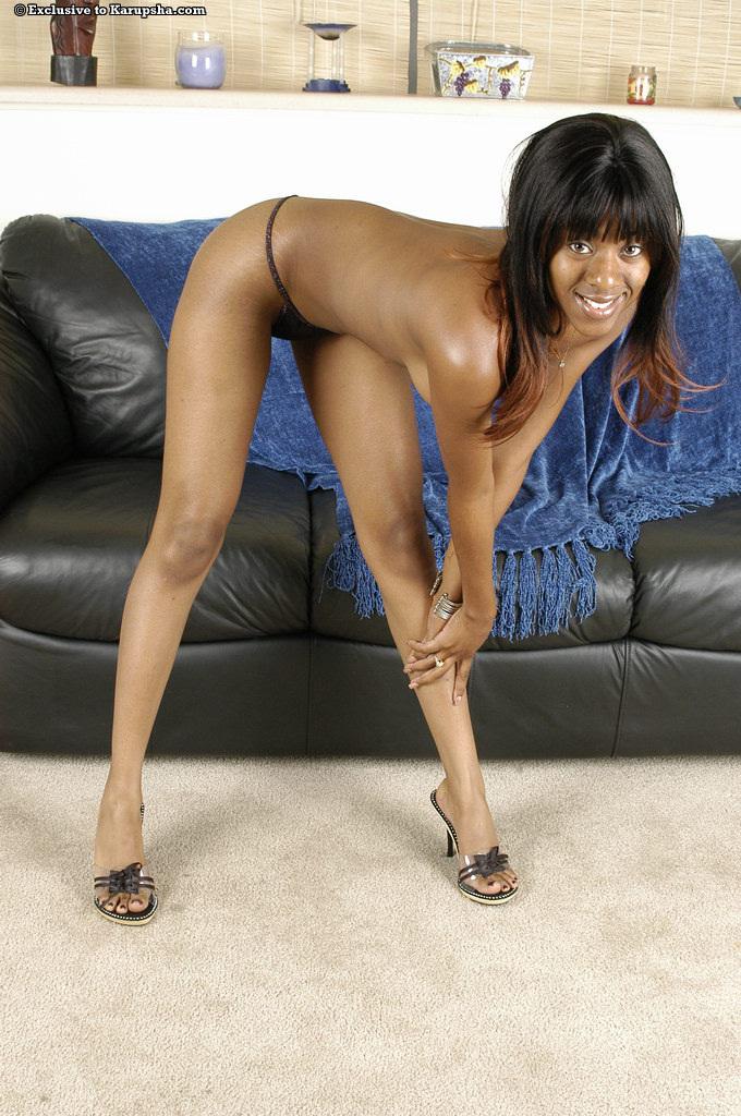 Черная кукла Tori Lain с сексуальными сиськами и лысой пиздой снимает свои облегающие джинсы и маленькие тонги